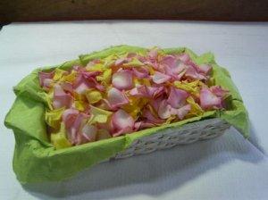 画像1: たっぷり〜♪ フラワーシャワー300g 満開に咲き誇った薔薇90〜100輪でできています。(カゴ付き)